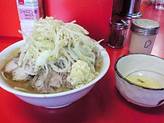 神田神保町店:小豚・ニンニク with 生卵