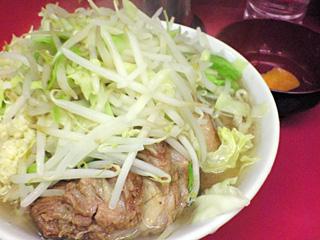 ラーメン二郎 桜台駅前店:小豚(麺固め)・ニンニク・カラメ・ヤサイちょい増し with 生卵