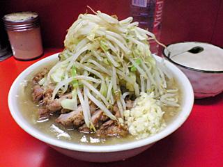 ラーメン二郎 神田神保町店:小豚(麺固め)・カラメ・ニンニク with 生卵