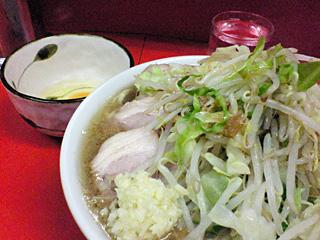 神田神保町店:小豚・麺固め・ニンニク・カラメ with 生卵