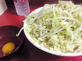 ラーメン二郎 桜台駅前店:小(麺固め)・ニンニク・ヤサイ・カラメ with 生卵