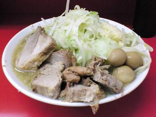 ラーメン二郎 大宮店:豚増しラーメン(麺かため)・ヤサイ・ニンニク 味付ウズラ