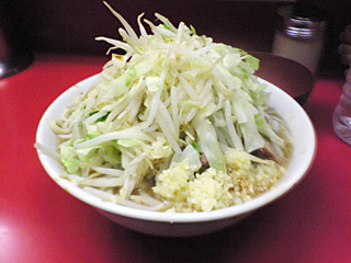 ラーメン二郎 桜台駅前店:ラーメン(麺かため)・ニンニク・ヤサイ・カラメ with 生卵