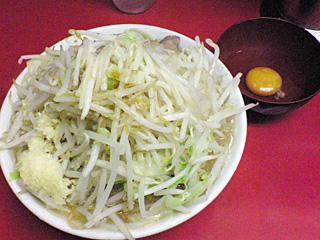 ラーメン二郎 桜台駅前店:ラーメン豚入り(麺かため)・ニンニク・ヤサイ・カラメ&生卵