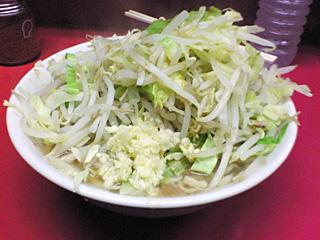 ラーメン二郎 桜台駅前店:小ラーメン(麺かため)・ヤサイ・ニンニク・カラメ with 生卵
