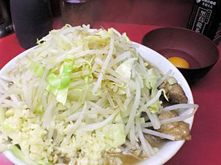 ラーメン二郎 桜台駅前店:ラーメン豚入り(麺かため)・ニンニク多め・ヤサイ・カラメ with 生卵