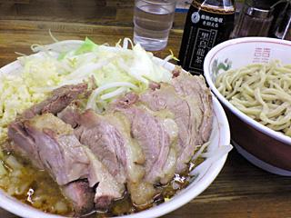 ラーメン二郎 新小金井街道店:小つけ麺豚入り(カレー)・ニンニク with 黒烏龍茶