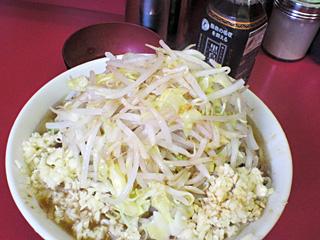 ラーメン二郎 桜台駅前店:小豚入り(麺かため)・ニンニク多め・ヤサイ・カラメ with 生卵