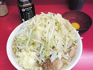 ラーメン二郎 桜台駅前店:小豚入り(麺かため)・ニンニク・ヤサイ・カラメ with 生卵