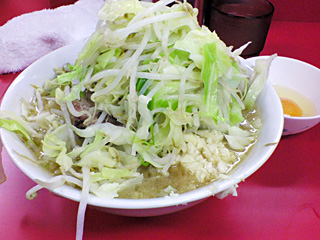 茨城守谷店:小ラーメン豚入り・ヤサイ・ニンニク with 生卵
