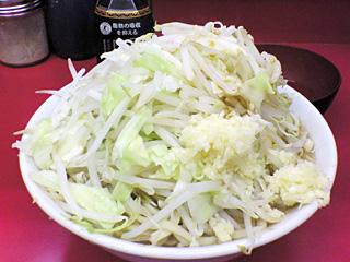 ラーメン二郎 桜台駅前店:小豚入り(麺かため・ヤサイ・ニンニク・カラメ) with 生卵