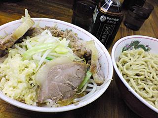 ラーメン二郎 新小金井街道店:小つけ麺豚入り(ニンニク多め)+黒烏龍茶