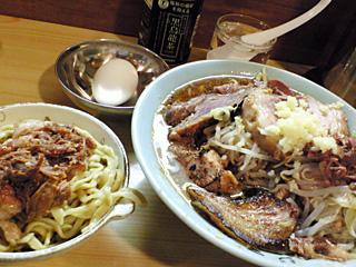 ラーメン富士丸  明治通り都電梶原店:ブタ入りラーメン(白・両炙り・ニンニク)+生卵