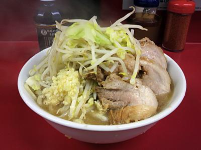 ラーメン二郎 湘南藤沢店:豚入り(麺かため)・ニンニク・ヤサイ+黒烏龍茶