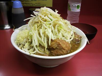 ラーメン二郎 桜台駅前店:小豚入り(麺かため)・ニンニク・ヤサイ・カラメ+生卵